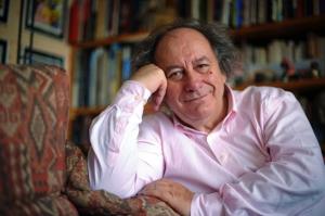 """Michel Renaud, 70 anni, francese. Fondatore di """"Rendez-Vous du Carnet de Voyage"""" di Clermont Ferrand. Era in redazione per far visita a Cabu. Morto durante l'attacco del 7 gennaio 2015."""