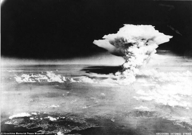 Il fungo atomico sopra Hiroshima circa un'ora dopo l'esplosione, 6 agosto 1945