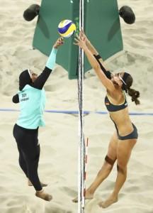 Beach volley. Atleta egiziana e atleta tedesca.